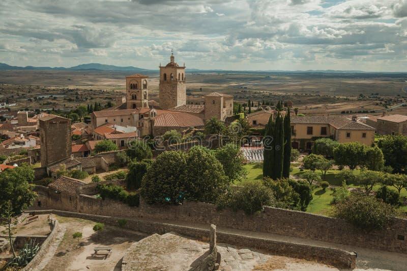 Costruzioni con i campanili della chiesa e cortile visto dal castello di Trujillo immagini stock libere da diritti