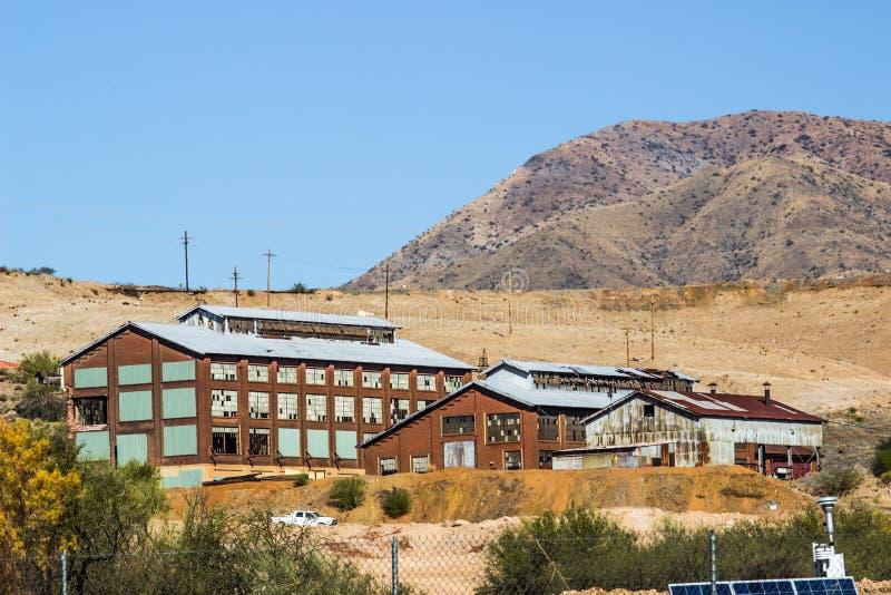 Costruzioni d'annata del metallo & del mattone utilizzate una volta nei lavori minerari fotografia stock