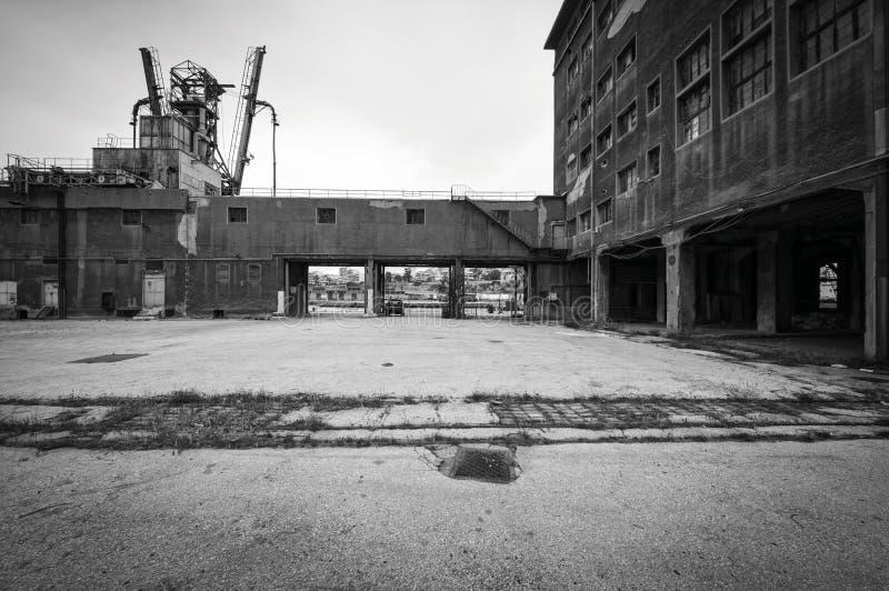 Costruzioni dei bacini di carenaggio e del vecchio silo immagini stock libere da diritti