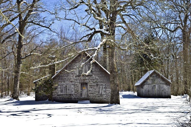 Costruzioni dell'annata nella neve di inverno fotografia stock