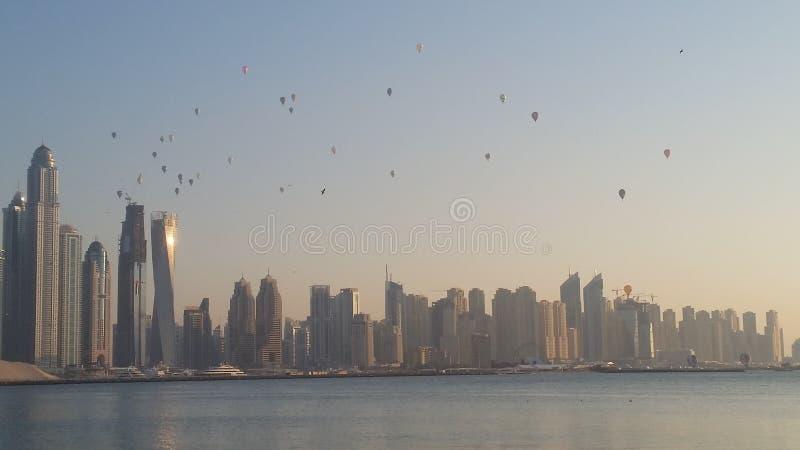 Costruzioni dell'orizzonte del Dubai delle mongolfiere fotografia stock libera da diritti