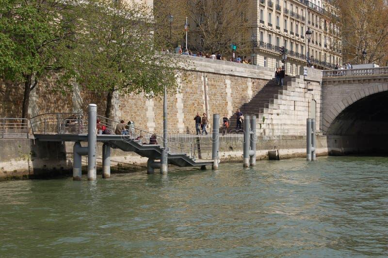 Costruzioni della città di Parigi dal fiume di Seine fotografia stock libera da diritti