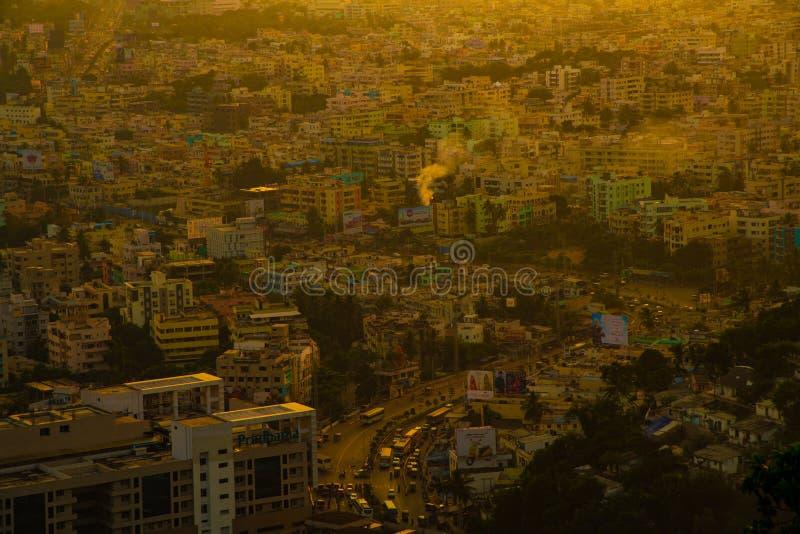 Costruzioni della città di vista superiore di tempo di tramonto arancio immagini stock