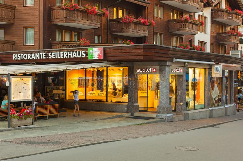 Costruzioni della città di Zermatt lungo la via di Bahnhofstrasse nella sera fotografia stock