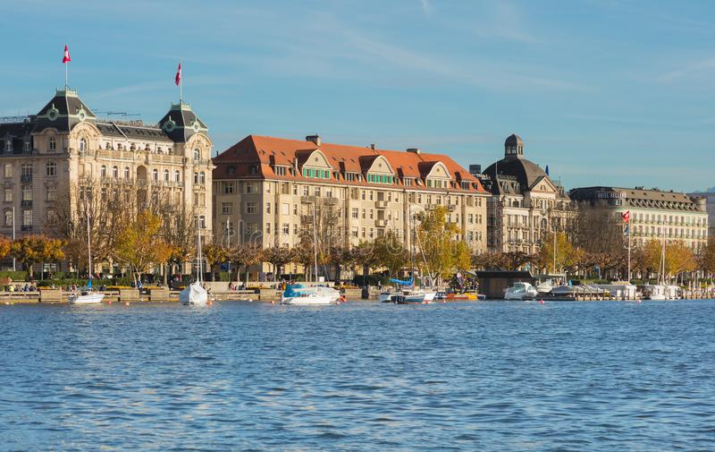 Costruzioni della città di Zurigo lungo il tramonto dello iat di Zurigo del lago fotografia stock