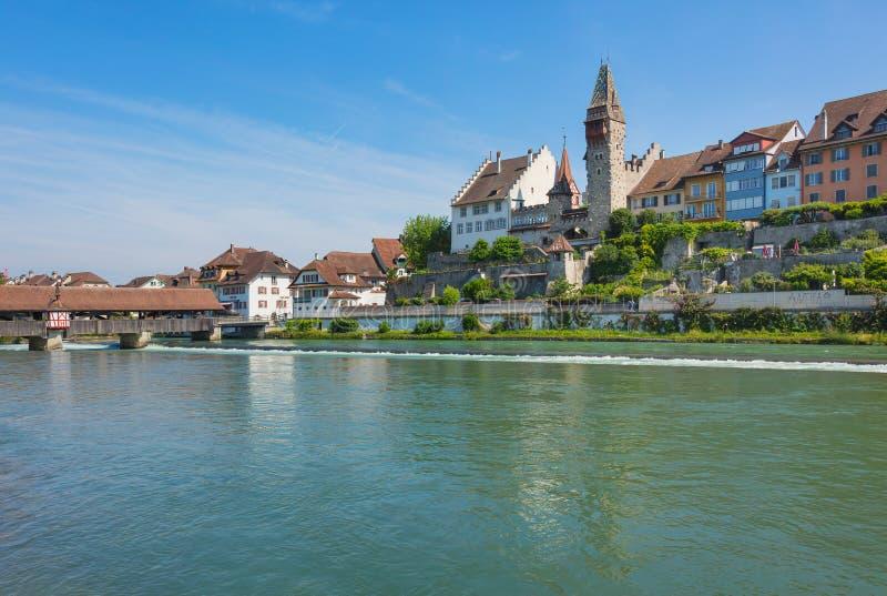 Costruzioni della città svizzera di Bremgarten lungo il fiume di Reuss immagini stock
