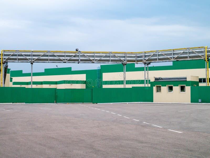 Costruzioni della fabbrica con esterno verde e bianco Industriale concentrato fotografia stock libera da diritti