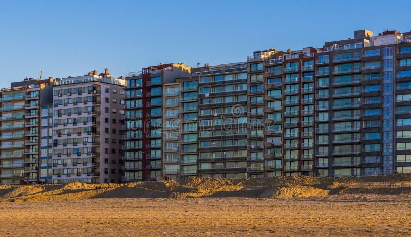 Costruzioni di appartamento alla spiaggia di blankenberge, Belgio, architettura belga moderna fotografia stock