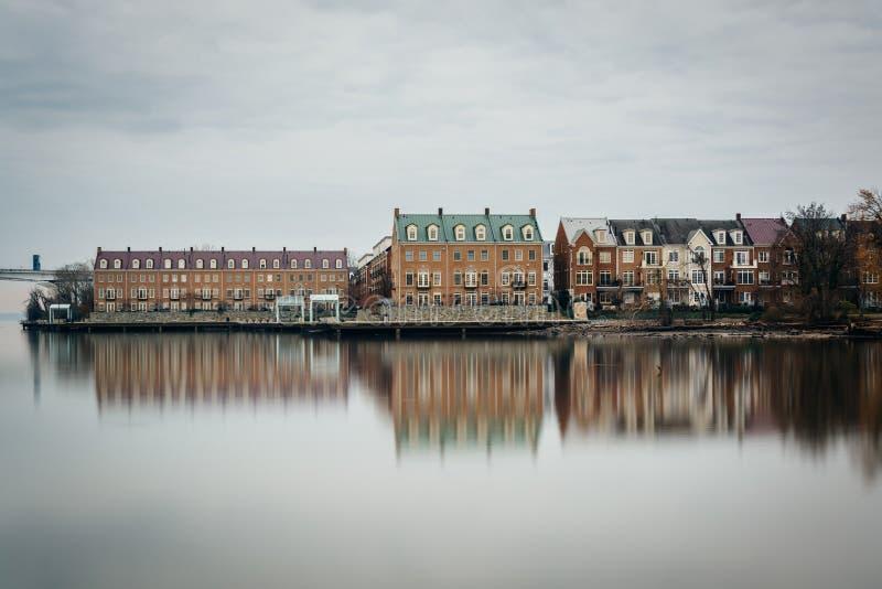 Costruzioni di appartamento lungo il lungomare del fiume Potomac, in Alexa fotografie stock libere da diritti
