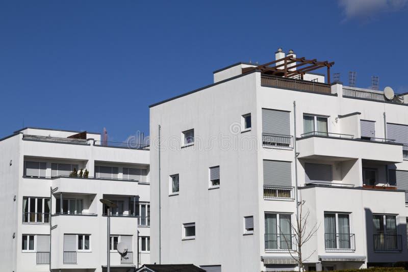 Costruzioni di appartamento moderne immagini stock
