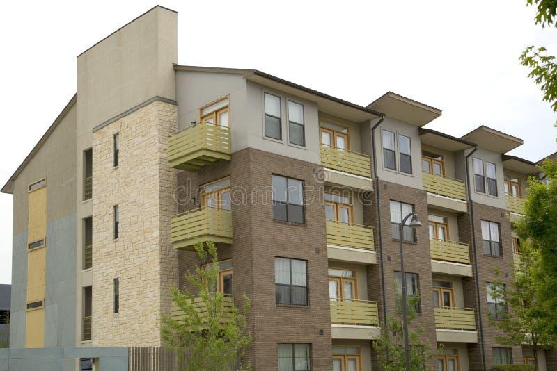 Costruzioni di appartamento moderne con il balcone immagine stock
