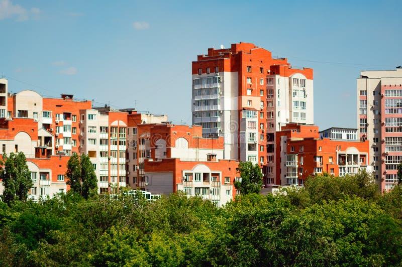Costruzioni di appartamento moderne Il concetto di alloggio urbano fotografia stock