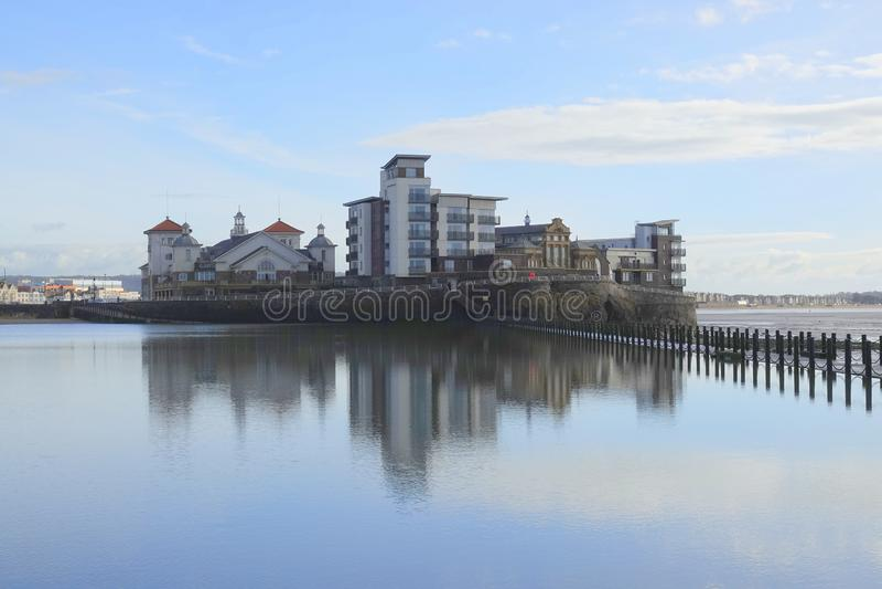 Costruzioni di appartamento moderne sull'isola della spiaggia fotografia stock libera da diritti
