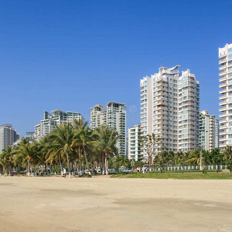Costruzioni di appartamento moderne vicino ad una spiaggia a Sanya tropicale, isola di Hainan, Cina immagine stock