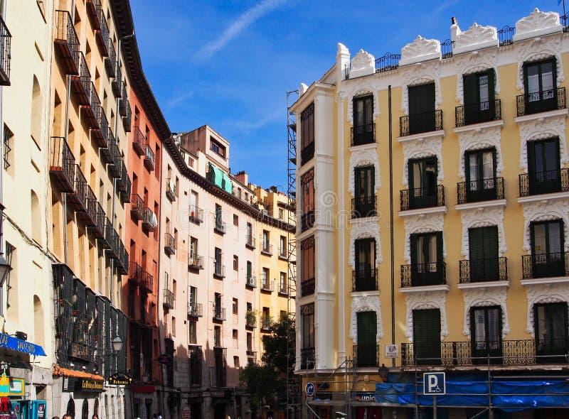 Costruzioni di appartamento storiche, il grande via, Madrid, Spagna immagini stock