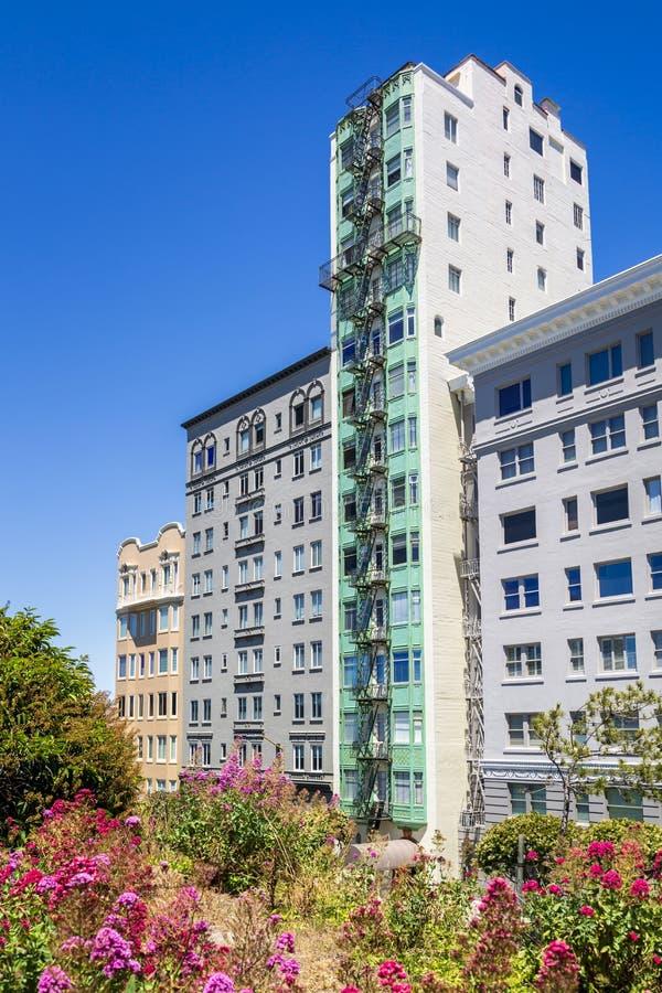 Costruzioni di appartamento vicino a Lombard Street, San Francisco, California, U.S.A., Nord America fotografie stock libere da diritti