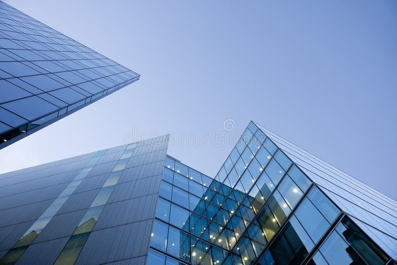 Costruzioni di vetro blu su cielo blu immagini stock