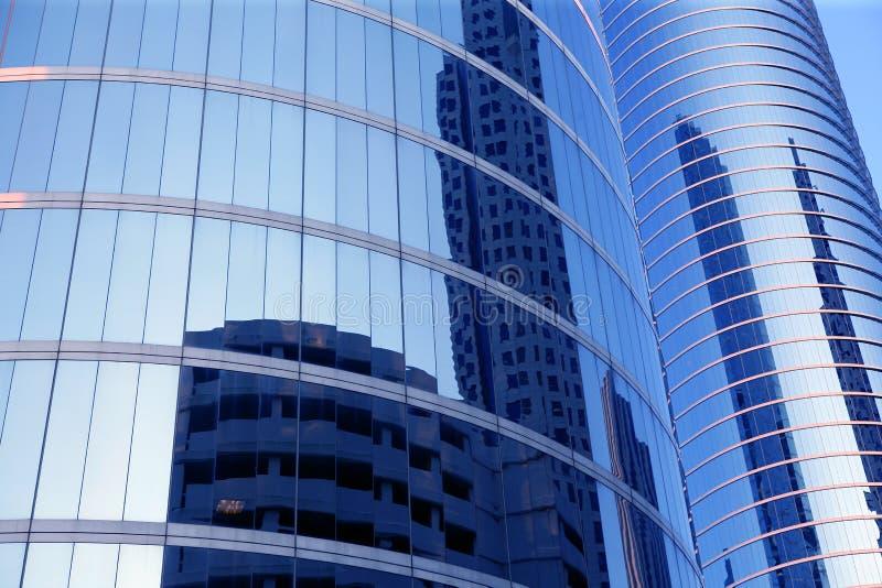 Costruzioni di vetro del grattacielo della facciata dello specchio blu fotografia stock libera da diritti
