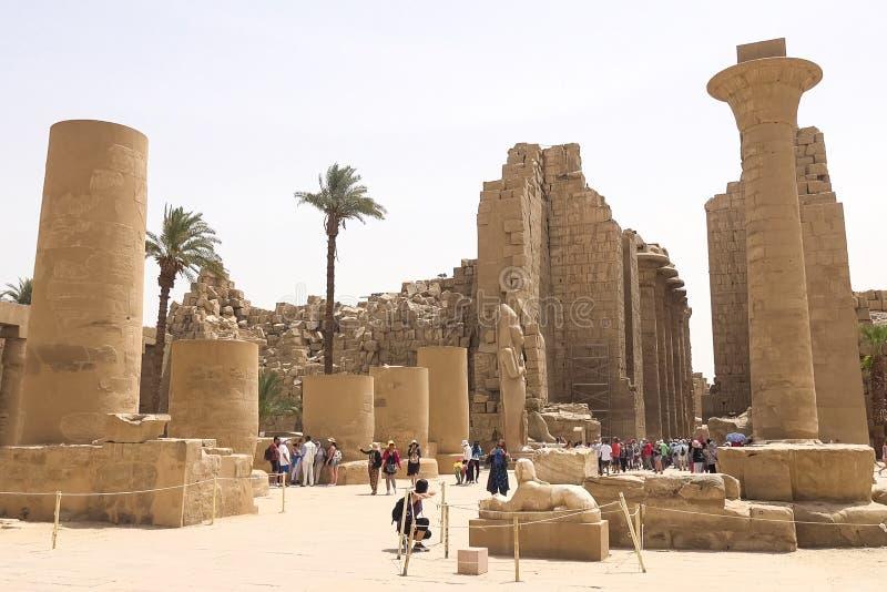 Costruzioni e colonne delle megaliti egiziane antiche Rovine antiche delle costruzioni egiziane immagine stock libera da diritti