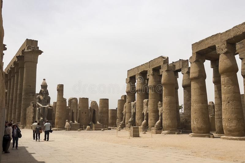 Costruzioni e colonne delle megaliti egiziane antiche Rovine antiche delle costruzioni egiziane immagini stock libere da diritti
