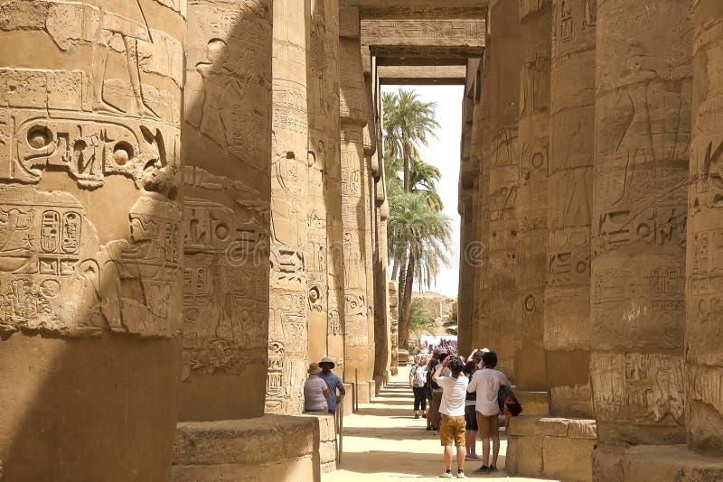 Costruzioni e colonne delle megaliti egiziane antiche Rovine antiche delle costruzioni egiziane immagine stock