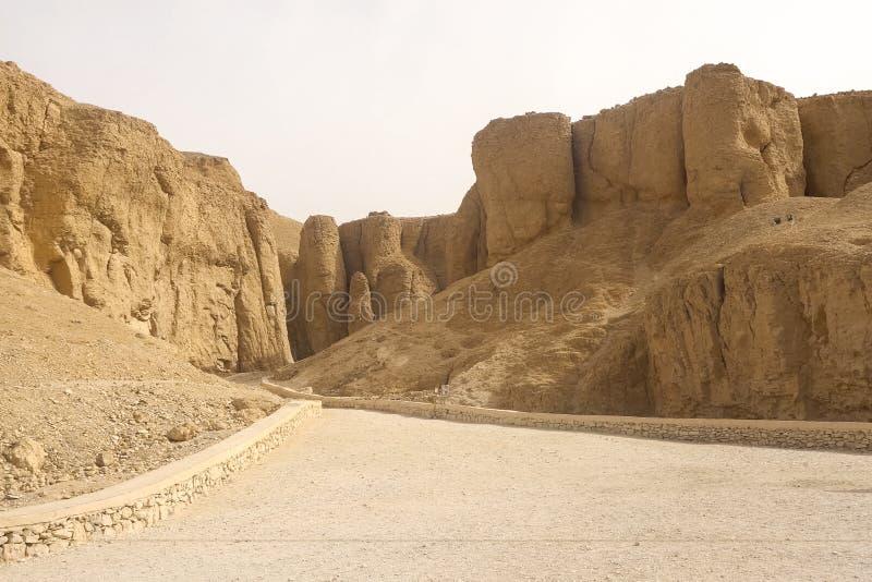 Costruzioni e colonne delle megaliti egiziane antiche Rovine antiche delle costruzioni egiziane fotografie stock