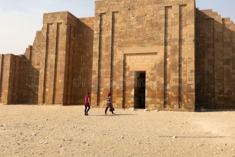 Costruzioni e colonne delle megaliti egiziane antiche Rovine antiche delle costruzioni egiziane fotografia stock