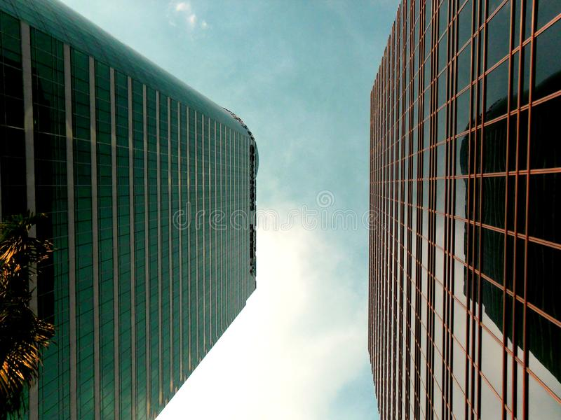 Costruzioni e grattacieli a ayala, città di makati, Filippine fotografia stock libera da diritti