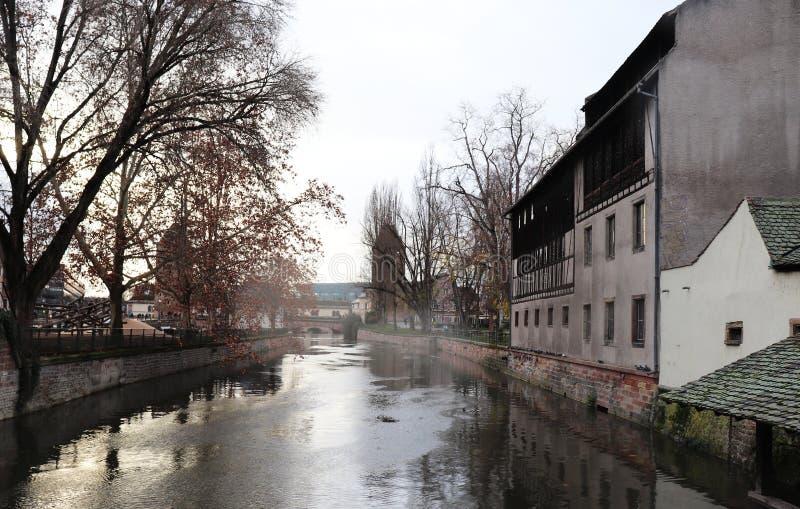Costruzioni e l'acqua a Strasburgo, Francia fotografie stock