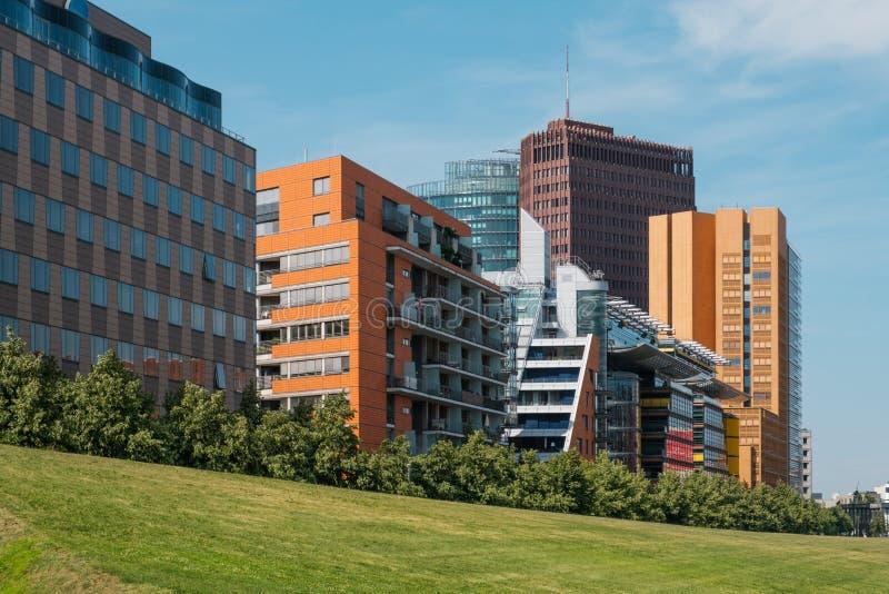 Costruzioni e orizzonte moderni della città dietro il parco verde - Potsdamer Platz, Berlino fotografia stock