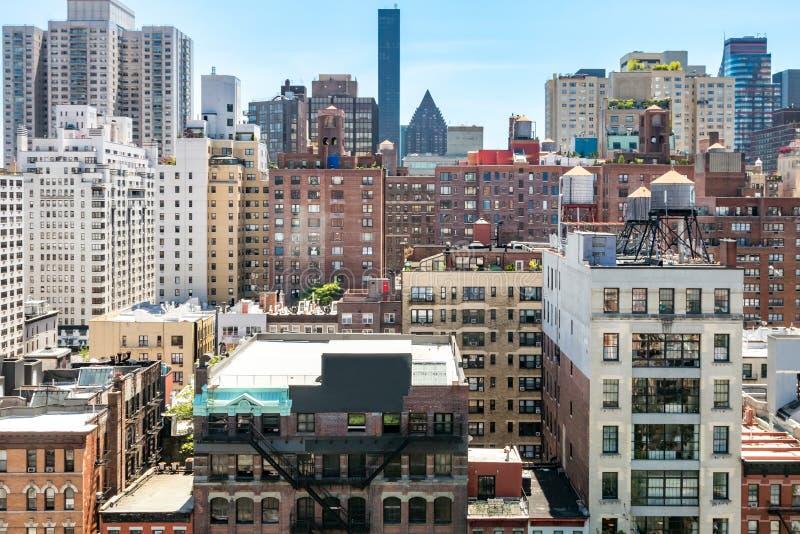 Costruzioni e tetti storici di Manhattan di Midtown vecchi in New York immagine stock