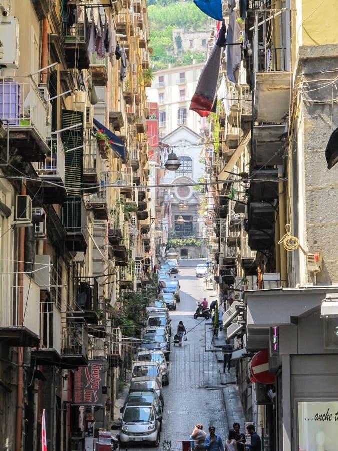 Costruzioni e vie strette di vecchia città a Napoli, Italia fotografie stock libere da diritti