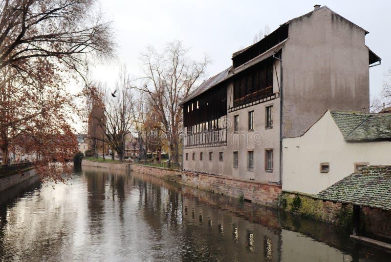 Costruzioni ed alberi sull'acqua a Strasburgo, Francia fotografia stock