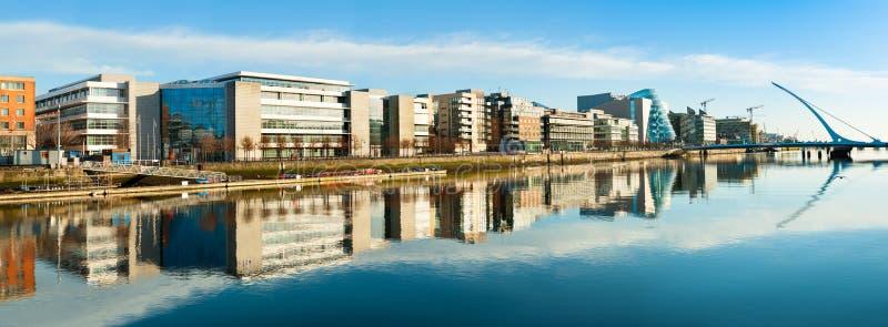 Costruzioni ed uffici moderni sul fiume di Liffey a Dublino, panorami fotografia stock