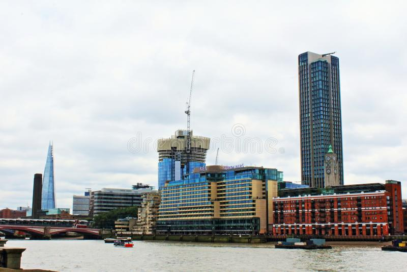 Costruzioni Londra Inghilterra del punto di riferimento della riva del fiume del Tamigi fotografia stock