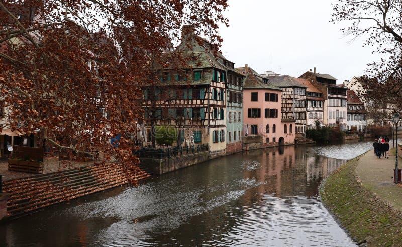 Costruzioni luminose e variopinte a Strasburgo, Francia fotografia stock libera da diritti