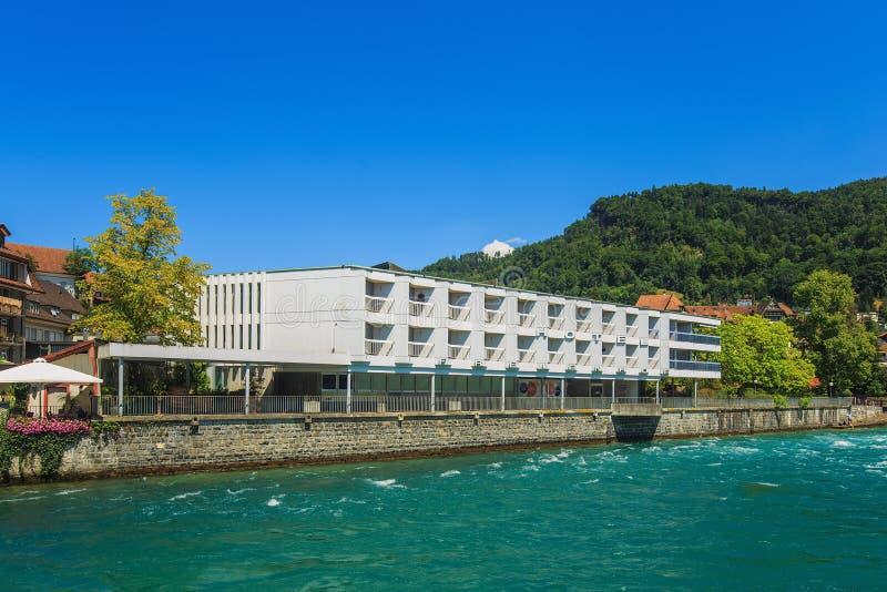 Costruzioni lungo il fiume di Aare nella città di Thun, Svizzera fotografie stock libere da diritti