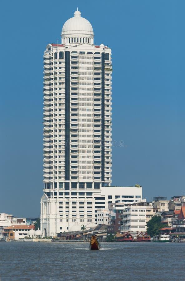 Costruzioni lungo il fiume di Chao Praya immagini stock