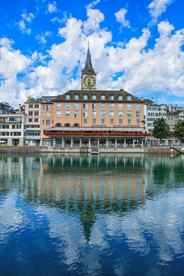 Costruzioni lungo il fiume di Limmat nella parte storica di Zurigo fotografia stock