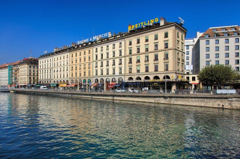 Costruzioni lungo il fiume Rodano a Ginevra, Svizzera fotografia stock