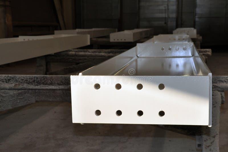 Costruzioni metalliche di verniciatura facendo uso di uno spruzzatore senz'aria alla fabbrica fotografia stock