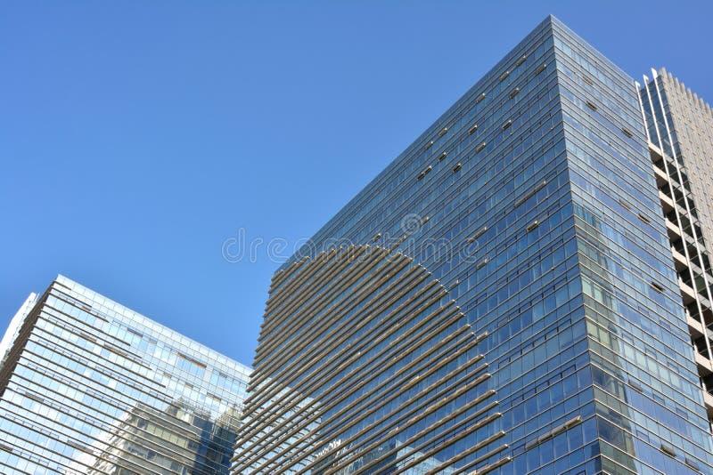 Costruzioni moderne con la parete di vetro fotografie stock libere da diritti