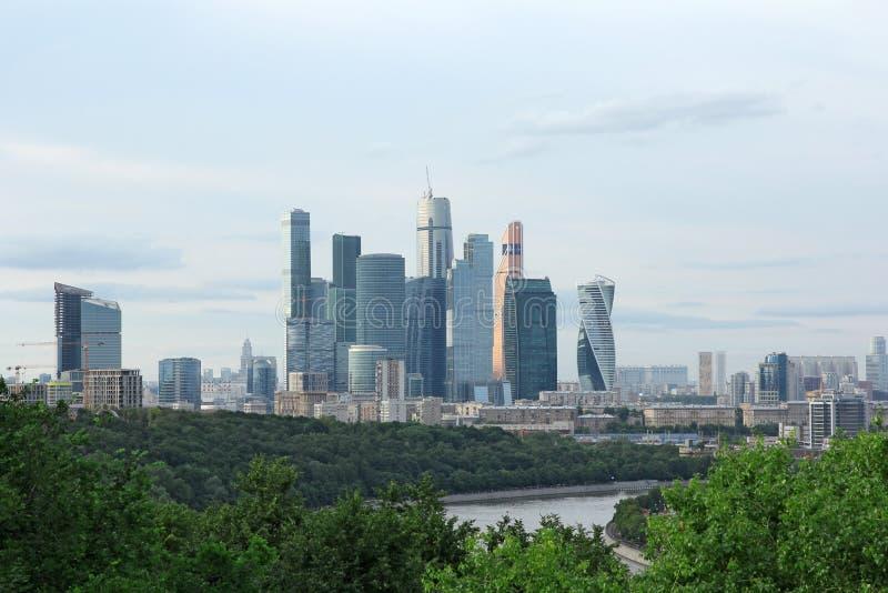 Costruzioni moderne dei grattacieli di vetro e d'acciaio contro il cielo fotografie stock libere da diritti