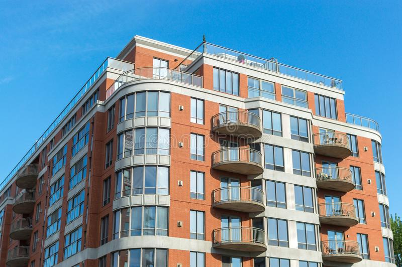 Costruzioni moderne del condominio con le finestre ed i balconi enormi immagini stock