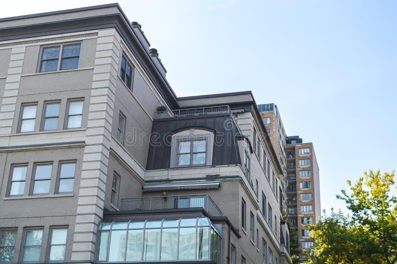 Costruzioni moderne del condominio con le finestre enormi immagine stock libera da diritti