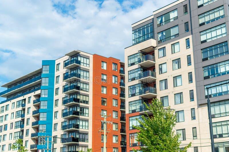 Costruzioni moderne del condominio con le finestre enormi a Montreal immagine stock libera da diritti
