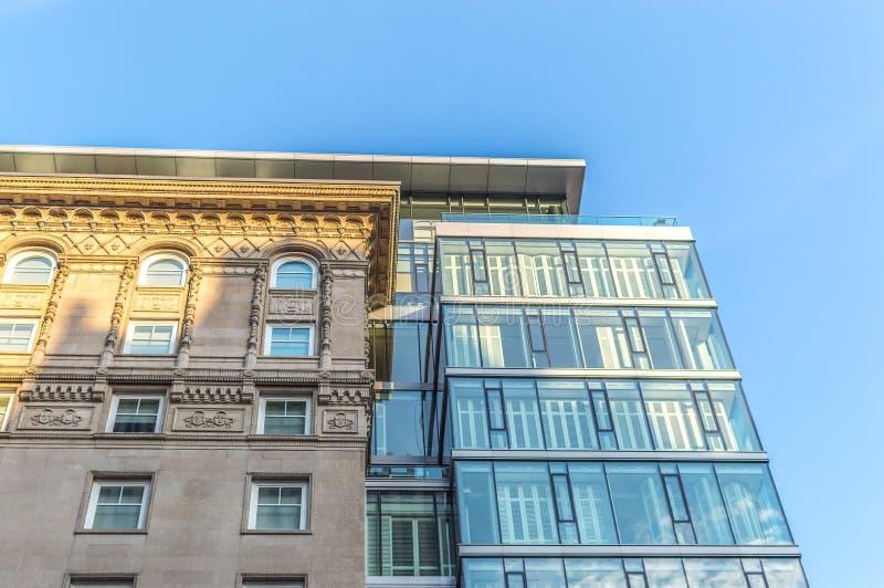 Costruzioni moderne del condominio con le finestre enormi a Montreal del centro fotografia stock libera da diritti