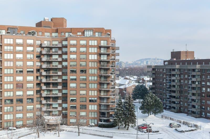 Costruzioni moderne del condominio con le finestre enormi in neve immagini stock