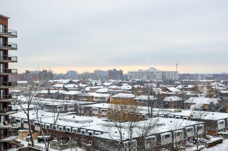 Costruzioni moderne del condominio con le finestre enormi in neve fotografia stock libera da diritti
