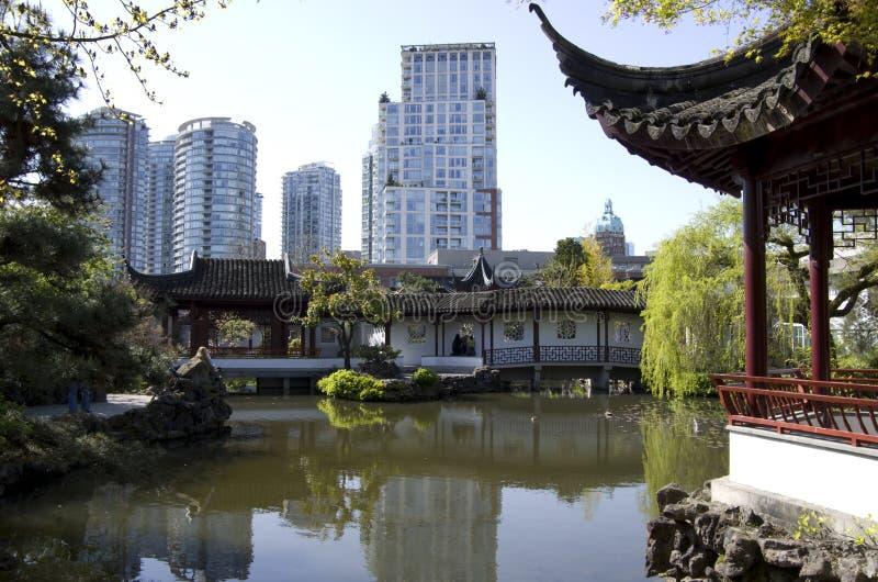 Costruzioni moderne del giardino cinese immagine stock